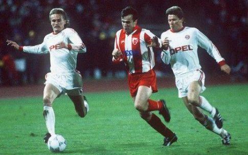Dejan Savićević (u sredini) prodire ka golu Bajerna u prvoj utakmici