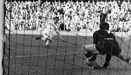 Puškaš šutira na gol Beare u finalu olimpijskog turnira 1952. godine