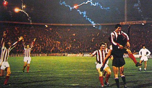 Slavlje fudbalera Zvezde posle eliminacije Reala 1975. godine