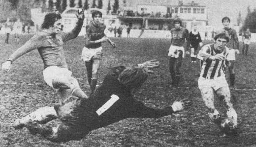Golman Veleža brani šut igrača Sarajeva Seada Sušića na mostarskom turniru 1972. godine