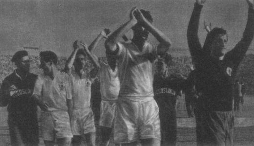 Slavlje fudbalera Jugoslavije posle pobede od 4:0 nad Italijom u Torinu