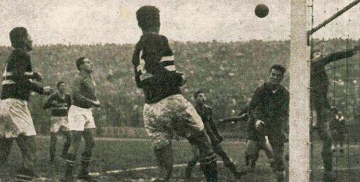 Đula Grošič interveniše ispred Stjepana Bobeka na utakmici Partizan - Honved