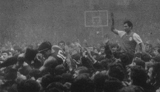 Željko Troskot na ramenima navijača