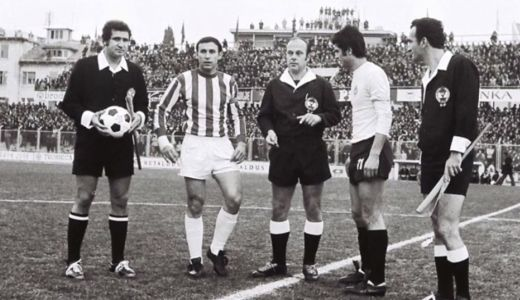 Kapiteni Zvezde i Partizana Dragan Džajić i Nenad Bjeković pred početak prve utakmice u premijernom izdanju Trofeja Marjana 1974. godine