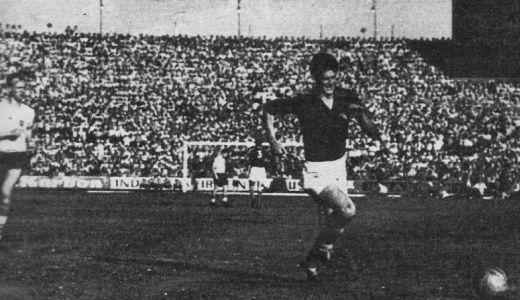 Miloš Milutinović u napadu ka golu Engleza