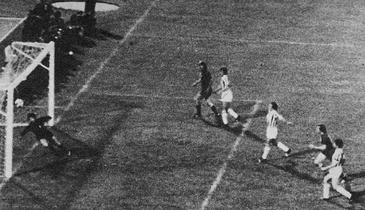 Pobedonosni pogodak Džonije Repa u meču Ajaks - Juventus (1:0)