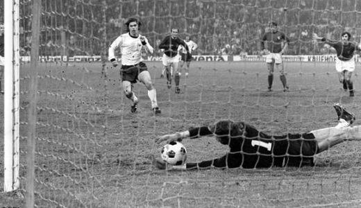 Enver Marić brani penal Gerdu Mileru (FOTO: DPA)