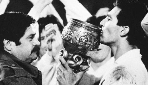 Član Predsedništva SFRJ Vasil Turpukovski (levo) predao je pehar kapitenu Hajduka Igoru Štimcu
