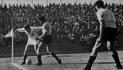 Fahrudin Jusufi (beli dres, Jugoslavija) u meču protiv Urugvaja (foto: soccermond.com)