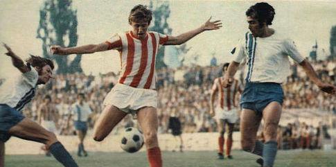 OFK Beograd - Crvena zvezda 2:1 (3. kolo, 2. septembar 1973. godine): Vladimir Petrović-Pižon (prugasti dres, Crvena zvezda) okružen igračima domaće ekipe