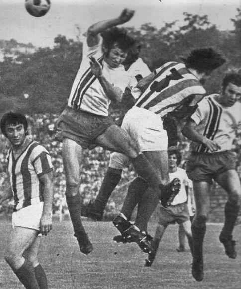 Sporni trenutak: Lopta pogađa Krstu Mitrovića (beli dres, OFK) u ruku