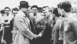 Predsednik tadašnje vlade Jugoslavije Milan Stojadinović rukuje se sa Augustom Lešnikom