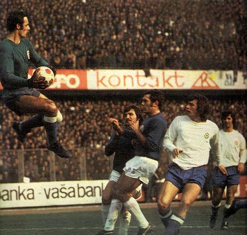 Dinamo - Hajduk 0:1, 3. mart 1974. godine: Golman Hajduka Rizah Mešković otklanja opasnost pred svojim golom