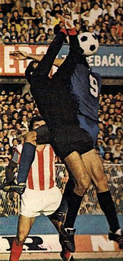 Dinamo - Zvezda 1:3, 23. septembar 1973. godine: Vazdušni duel golmana Ognjena-Olje Petrovića (Zvezda) i Fikreta Mujkića (Dinamo)