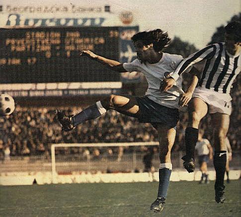 Partizan - Hajduk 1:1, 7. oktobar 1973. godine: Luka Peruzović (beli dres, Hajduk) i Nenad Bjeković (Partizan)