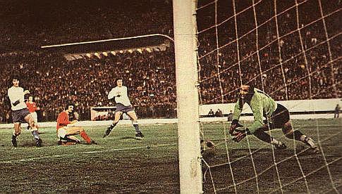 "Velež - Hajduk 1:0, 3. april 1974. godine: Nova zvezda ""rođenih"" Vaha Halilhodžić (crveni dres) postiže pobedonosni pogodak"