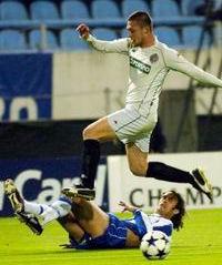 Ivica Iliev (beli dres, Partizan) preskače Rikarda Karvalja (FOTO: Reuters)