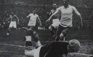 Milovan Jakšić hvata loptu ispred napadača Urugvaja