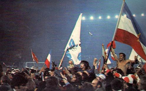 """Ludilo: Igrači Jugoslavije našli su se nakon utakmice na ramenima oduševljenih navijača koji su """"okupirali""""  stadion u Frankfurtu"""