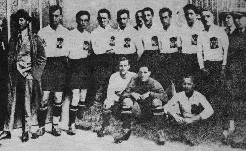 Reprezentacija Jugoslavije koja se obrukala u Parizu. Golman Dragutin-Drago Vrđuka je u tamnom dresu i sedi
