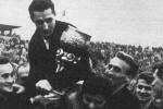Rajko Mitić na ramenima saigrača