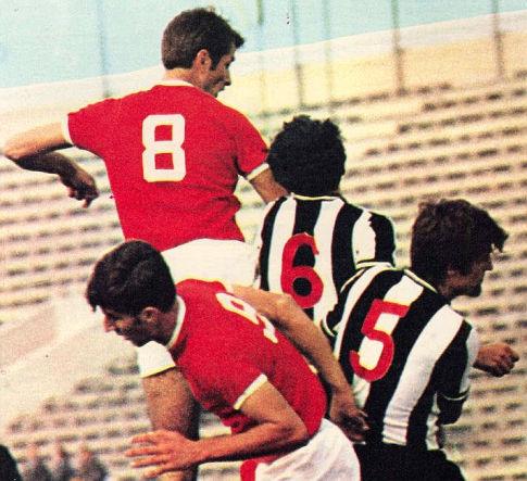 Mladi Dušan Bajević (crveni dres) u meču Partizan - Velež 1:2