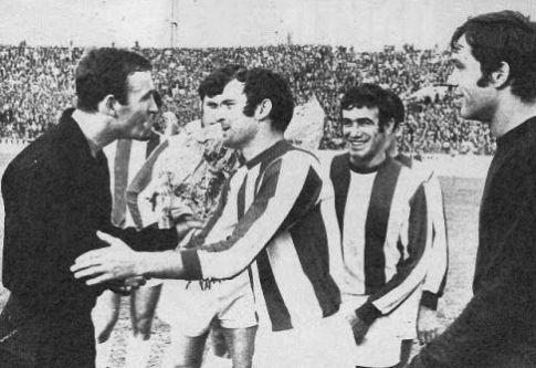 Golman Ivan Ćurković-Ćure prima čestitke i mirišljavo cveće od igrača Crvene zvezde za 300. utakmicu u Partizanu