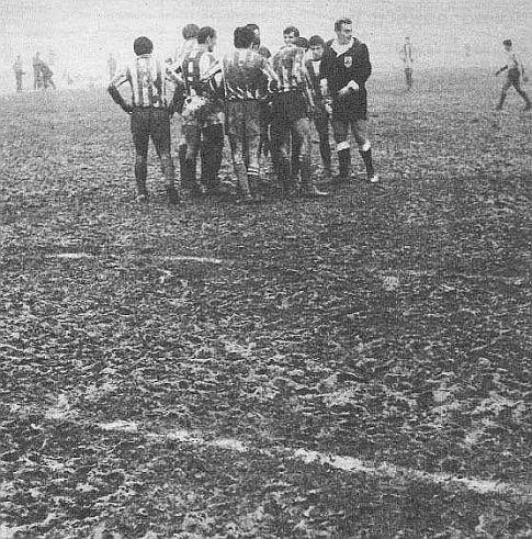 Fudbaleri Zvezde i Željezničara igrali su na nečemu što bi se samo uslovno moglo nazvati fudbalskim terenom ...
