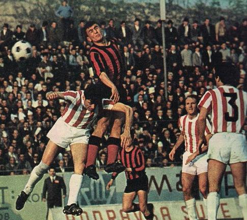 Sjajni Sokrat Mojsov (crveno-crni dres) u susretu sa Crvenom Zvezdom. Mojsov je legenda skopskog Vardara, fudbaler koji je sakupio i tri nastupa za nacionalni tim