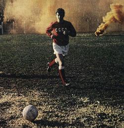 Najbolji igrač Sovjetskog Saveza za 1969. godinu Vladimir Muntjan, u pozadini je bakljada Torcide