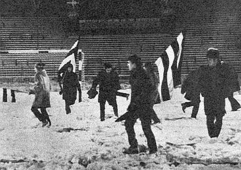 U nedostatku alata, navijači Partizana nogama utabavaju dubok sneg