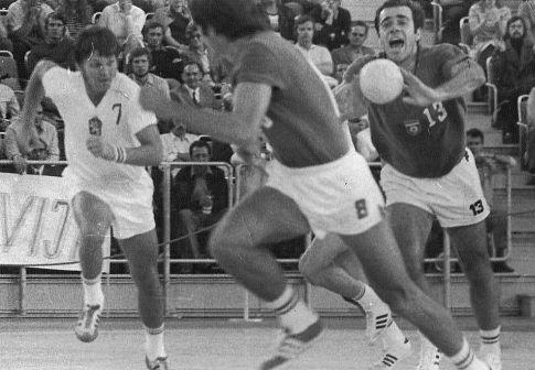 Nebojša Popović (13) dodaje loptu Branislavu Pokrajcu