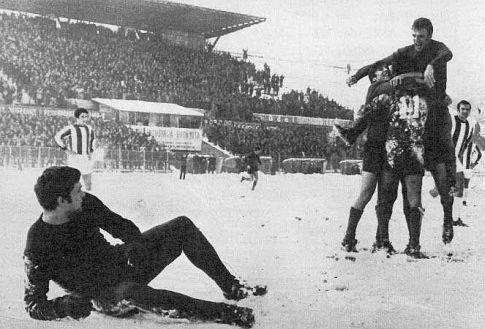 Dujković je na snegu dok igrači Dinama slave strelca prvog gola Roru