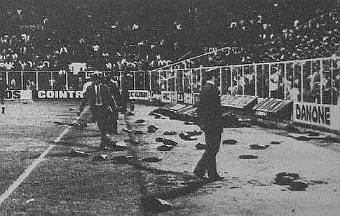 Navijači su svašta bacali na teren, najviše jastuke za sedenje
