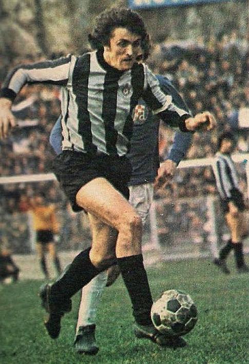 Radomir Antić u dresu Partizana iz 1975. godine. Avangardni i bezvremeni dres beogradskog kluba. Umesto klasičnog crno-belog dresa, ovo je aristokratska crno-siva kombinacija pruga, uz crni šorts i štucne