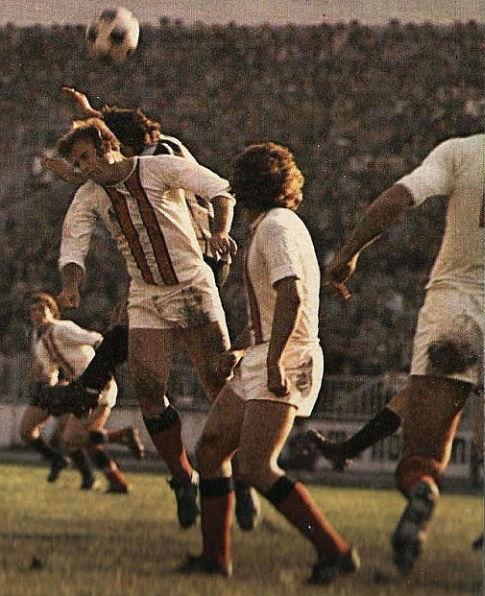 Dresovi tuzlanske Slobode iz 1975. godine: beli dresovi bez kragne sa dve vertikalne crvene pruge oivičene crnim linijama, potpuno beli šortsevi i crno-crvene štucne. Impresivno!