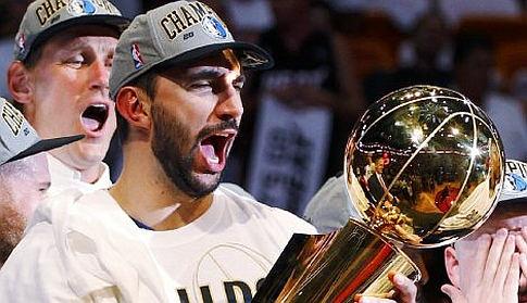Predrag Stojaković sa trofejem NBA-šampiona 2011. godine (FOTO: Reuters)