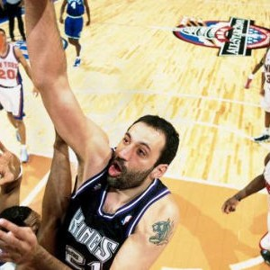 """Vlade Divac na """"ol-star"""" utakmici 2001. godine"""