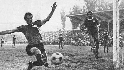 Sa utakmice Trepča - Rad 2:0, kojom su domaćini izborili Prvu ligu: dvostruki strelac Ilija Savović u izglednoj prilici da zatrese mrežu