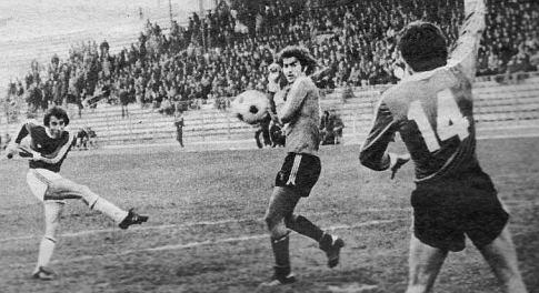 Vojvodina -  Trepča 0:1: Pokušaj Josifa Ilića ka golu gostiju, šut je pokušao da blokira Dragan Miletović