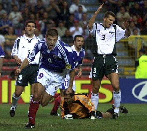 Savo Milošević (plavi dres) proslavlja izjednačujući pogodak (FOTO: Reuters)
