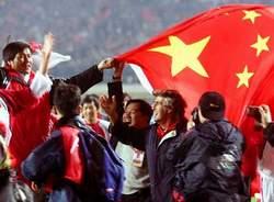 Bora Milutinović (u sredini) slavi odlazak Kine na Svetski kup
