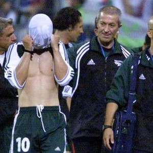 Razočarani Zlatko Zahovič sa majicom preko glave napušta poprište velikog dvoboja