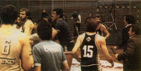 Đurović (sasvim desno, crni džemper) ide ka Kići, trenutak kasnije Praja (broj 15) će nokautirati trenera juniora OKK Beka