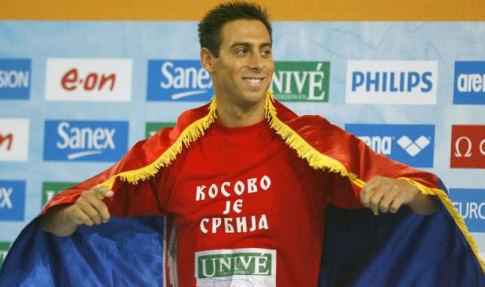 Milorad Čavić na pobedničkom postolju sa majicom zbog koje je suspendovan (FOTO: AP)