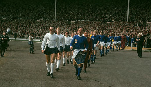 "Igrači Engleske i ""ostatka sveta"" izlaze na teren Vembli stadiona 23. oktobra 1963. godine"