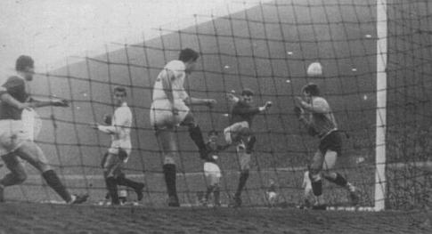 Branko Rašović (beli dres) izbacuje loptu sa same gol-linije u jeku napada domaćina