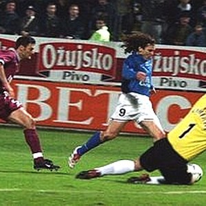 Veldin Karić (plavi dres) prolazi pored Ozalana i golmana Šmajhela