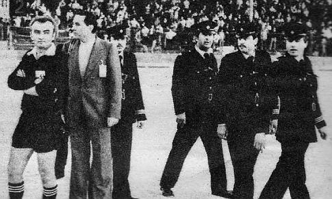 Duca Maksimović (levo), okružen policajcima, proveo je više od pola sata na centru igrališta u očekivanju da se smiri situacija na tribinama