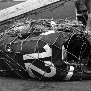 Napadač Borusije Herbert Laumen zarobljen u mreži srušenog gola (FOTO: imago/Sven Simon)